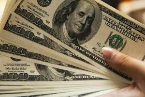 Dólar sobe após 3 quedas e fecha acima de R$ 3,70